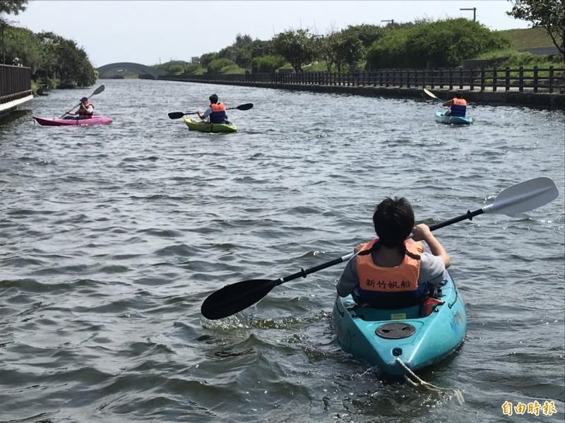 划獨木舟新秘境 新竹市港南運河變身親子樂園