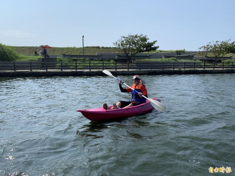 這裡是獨木舟划槳新秘境!新竹市政府今天在港南運河公園舉辦獨木舟體驗活動,200個名額,不到1小時就秒殺報名結束,小朋友在安全平緩的港南運河水域體驗划獨木舟,都說感覺好棒。(記者洪美秀攝)
