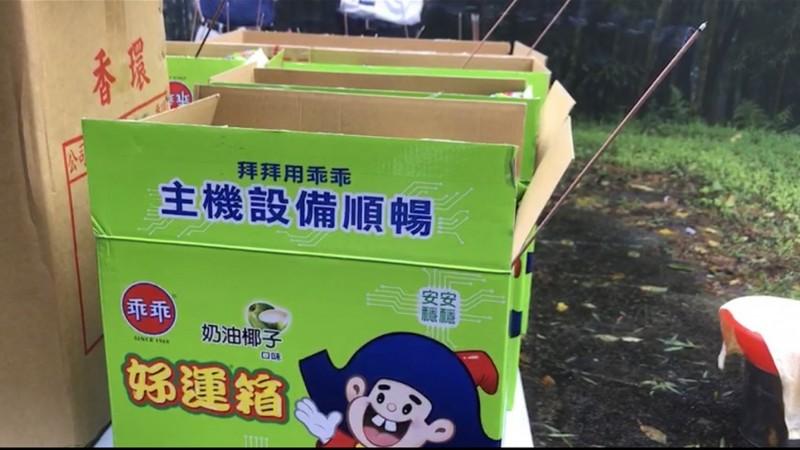 普度供品中也有數箱綠色乖乖。(南投縣府提供)