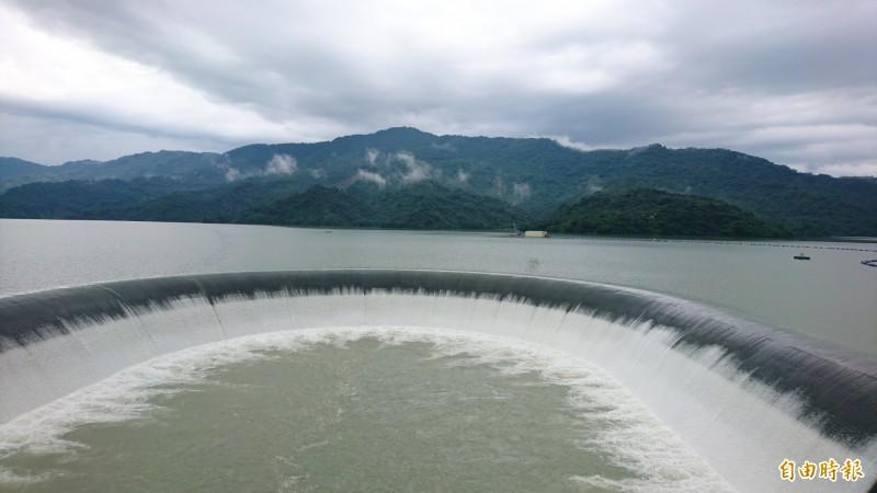 連日豪大雨喝飽飽 南化水庫自然溢流
