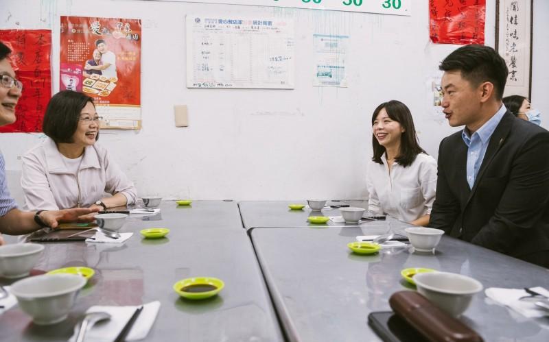 洪慈庸臉書PO與小英總統午餐照。(記者張軒哲翻攝)