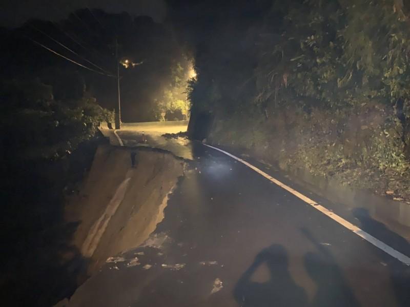 台中連日強降雨,潭子山區道路掏空,今晚有機車騎士因而摔落山谷。(記者張軒哲翻攝)