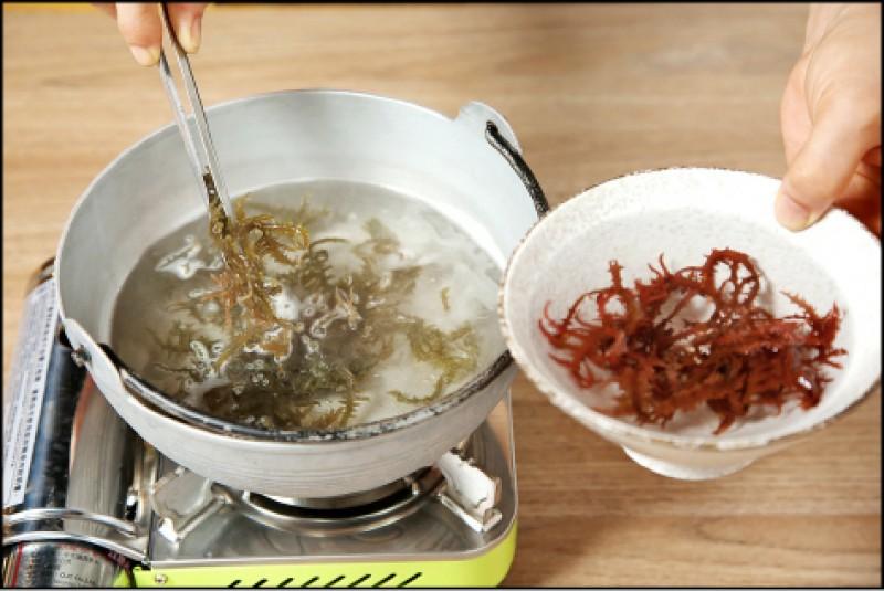 未處理的海藻帶有腥味,需經過泡水清洗、汆燙、烘焙、乾燥等不同程序。(記者沈昱嘉/攝影)