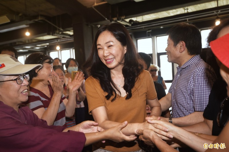 國民黨總統選舉參選人韓國瑜夫人李佳芬17日拜訪台北市永康商圈,並參加商圈座談會。(記者方賓照攝)