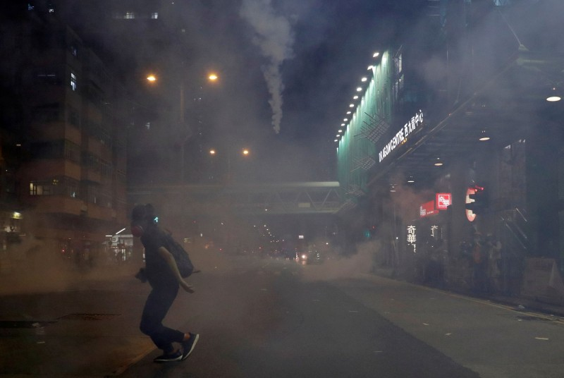 香港警方14日晚間在深水埗街頭施放催淚彈,導致周邊社區煙霧瀰漫。(路透)