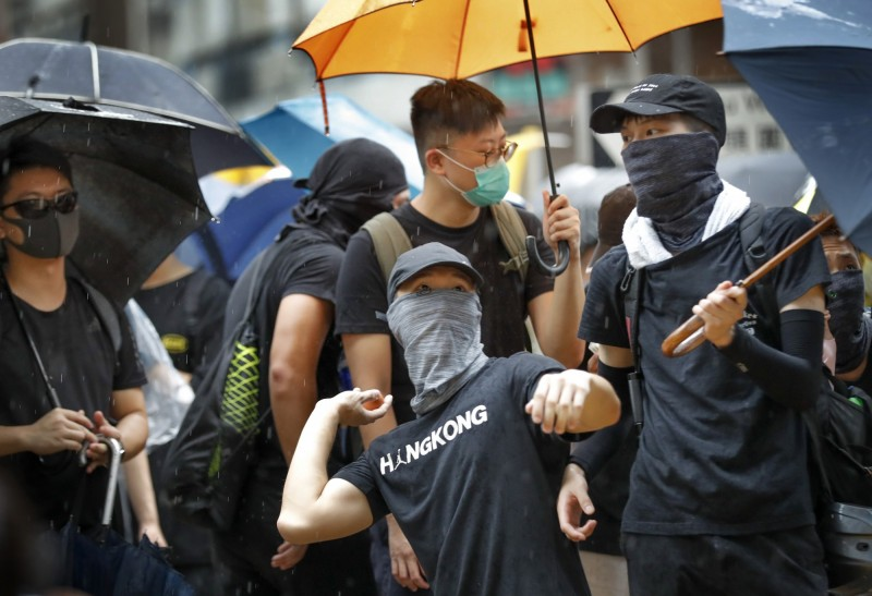 示威者投擲雞蛋,抗議香港警方、親共的建制派議員。(美聯社)
