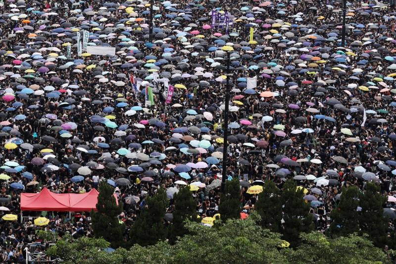 民陣發起之遊行遭警方反對,僅獲准於維園集會。圖為6月16日200萬+1人反送中遊行前,群眾於維園集結情形。(彭博)