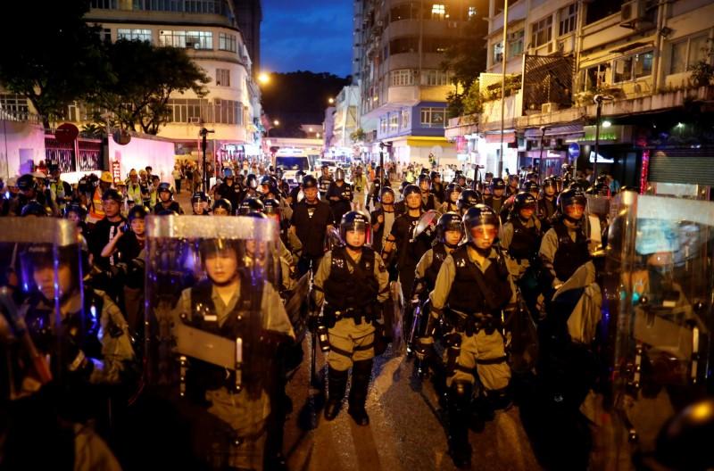 香港17日「光復紅土」遊行落幕,晚間7時許鎮暴警察沿街清場,但示威民眾已散去。(路透)