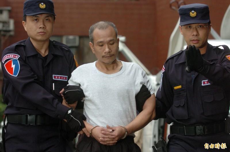 昔日曾為全國前10大通緝要犯薛球今天病逝獄中。圖為2003年自中國輾轉經過馬祖後押解回台,並在警方的戒護下解送歸案。(資料照)
