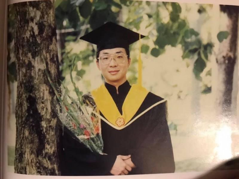 立委陳歐珀粉專也在留言裡放上陳歐珀年輕時的畢業照。(圖取自臉書粉絲專頁《貓與邪佞的手指》)