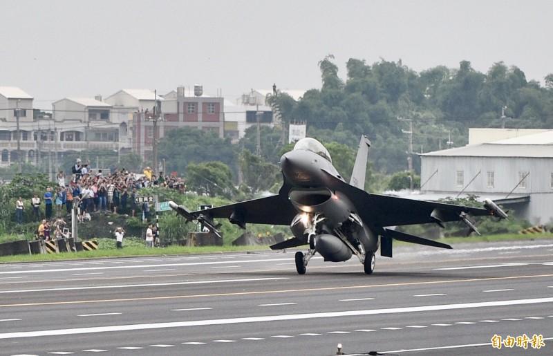 今年5月28日漢光35號國道彰化戰備道戰機起降演練,是F-16V型戰機首次在台公開亮相。(資料照)