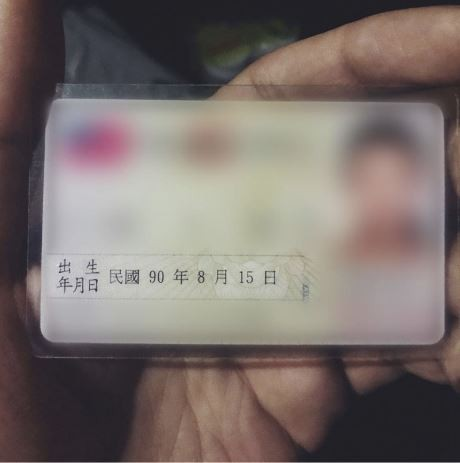 蔡哲凱拍攝女子的身分證存證,強調她已經「成年」。(圖擷取自松山西口前IG)