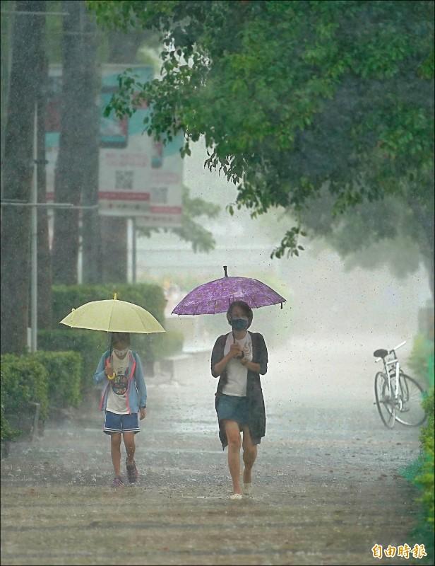 北部地區降雨酸度偏高,環保署提醒民眾不要淋雨。(記者黃志源攝)