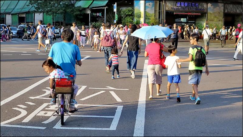 明年三月起,終於可合法使用自行車載幼童。 (資料照)