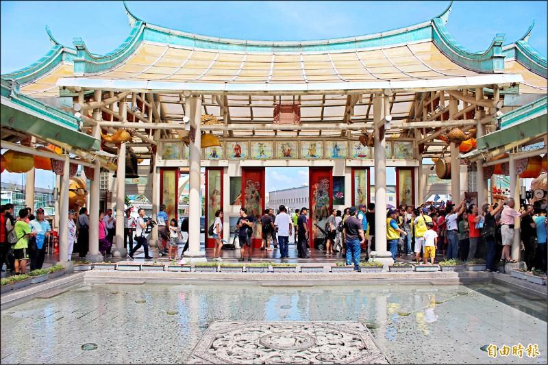 彰化縣14家觀光工廠聯合行銷,其中台玻館園區內玻璃廟營造特色,人氣超夯。(記者張聰秋攝)