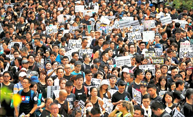 香港教育專業人員協會十七日在中環,冒雨舉辦以「守護下一代,為良知發聲」為主題的教育界大遊行,號稱有2.2萬人參加。這是「反送中」抗爭爆發兩個多月來,首次的教師遊行。(路透)