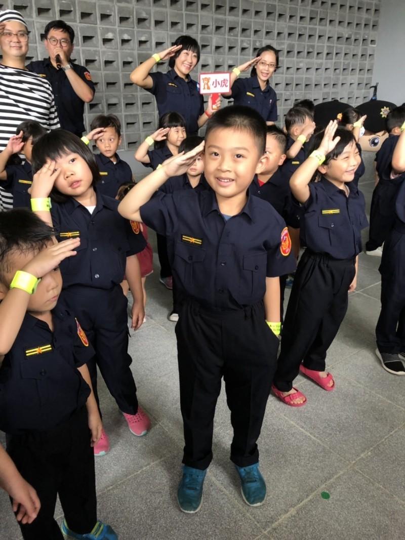 台南市警局舉辦的親子活動,透過活動讓學童了解警方,也做犯罪預防宣導。(黃父提供)