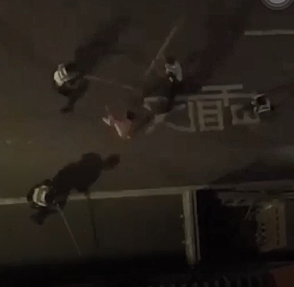 優勢警力制伏砸車男。(取自~~我愛鹿港小鎮~~)