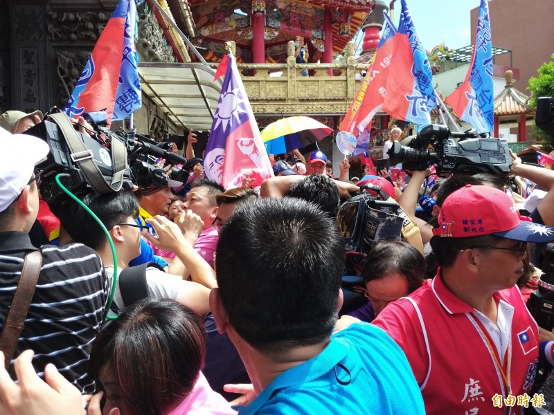 韓國瑜今早到竹北天后宮參拜,現場韓粉支持者加油聲不斷,「總統凍蒜」聲此起彼落!(記者廖雪茹攝)
