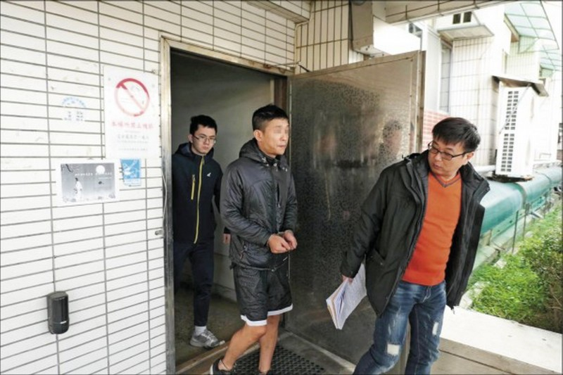 葉男(中)被警方依法送辦。(資料照)