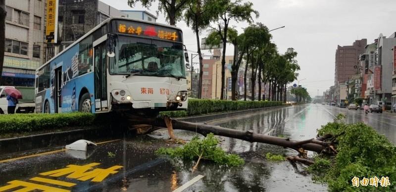 高市驚傳公車撞安全島,造成1名乘客受傷送醫。(記者陳文嬋攝)