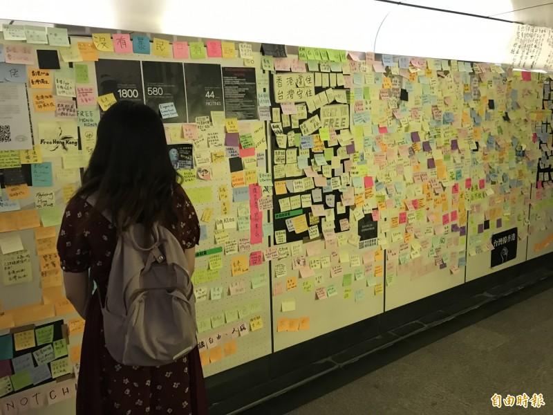 台大地下道被貼滿民眾對於香港的聲援字條。(記者蔡思培攝)