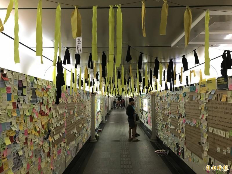 台大公館地下道被貼滿民眾對於香港的聲援字條,天花板也被貼上黃色、黑色的絲帶。(記者蔡思培攝)
