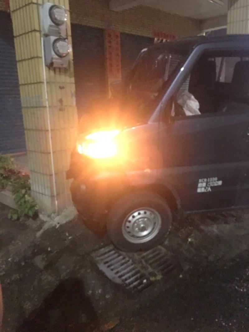 小貨車為閃黑色轎車,撞上路旁民宅的柱子。(記者劉曉欣翻攝)
