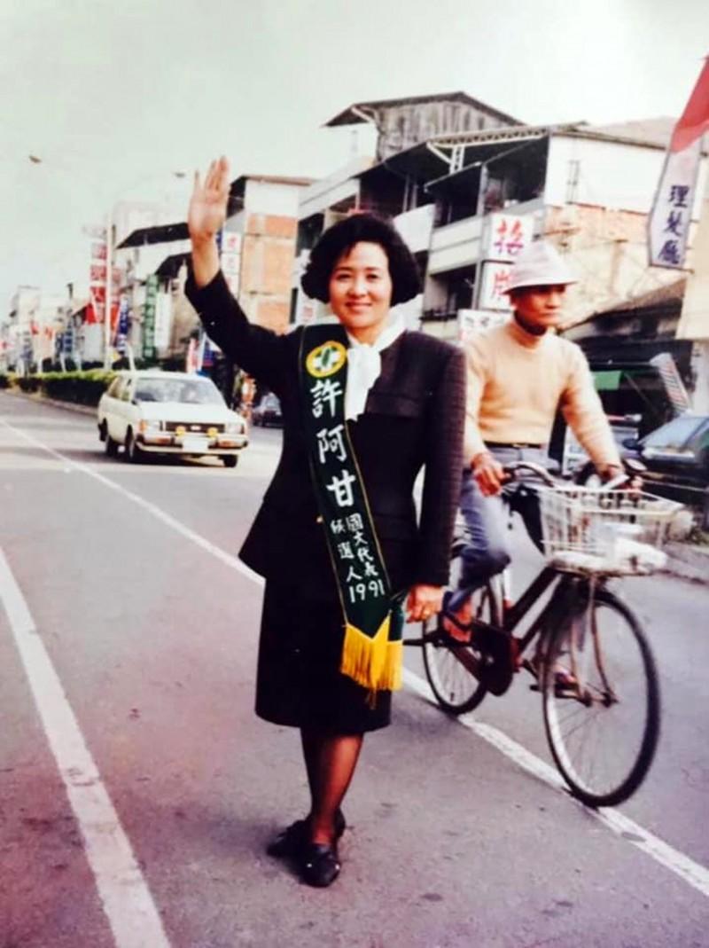 網友貼了前縣議員許阿甘,28年代表民進黨選國代的陳年照。(圖擷自立委蔡培慧臉書粉絲頁)
