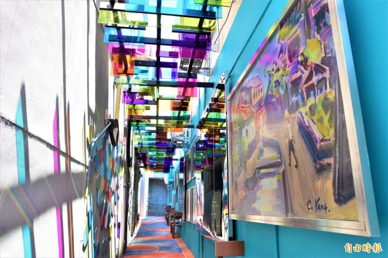 頭城老街中的兩條小巷弄,鎮公所利用彩繪玻璃、地方聞人作品打造成「藝術巷」、「文學巷」,這幾天在網路爆紅,成地方新興的網美景點。(記者張議晨攝)