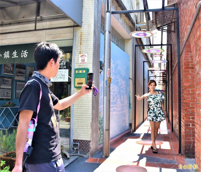 城老街中的兩條小巷弄,鎮公所利用彩繪玻璃作品打造成「藝術巷」、「文學巷」,這幾天完工不久,就成為老街新興的拍照景點。(記者張議晨攝)