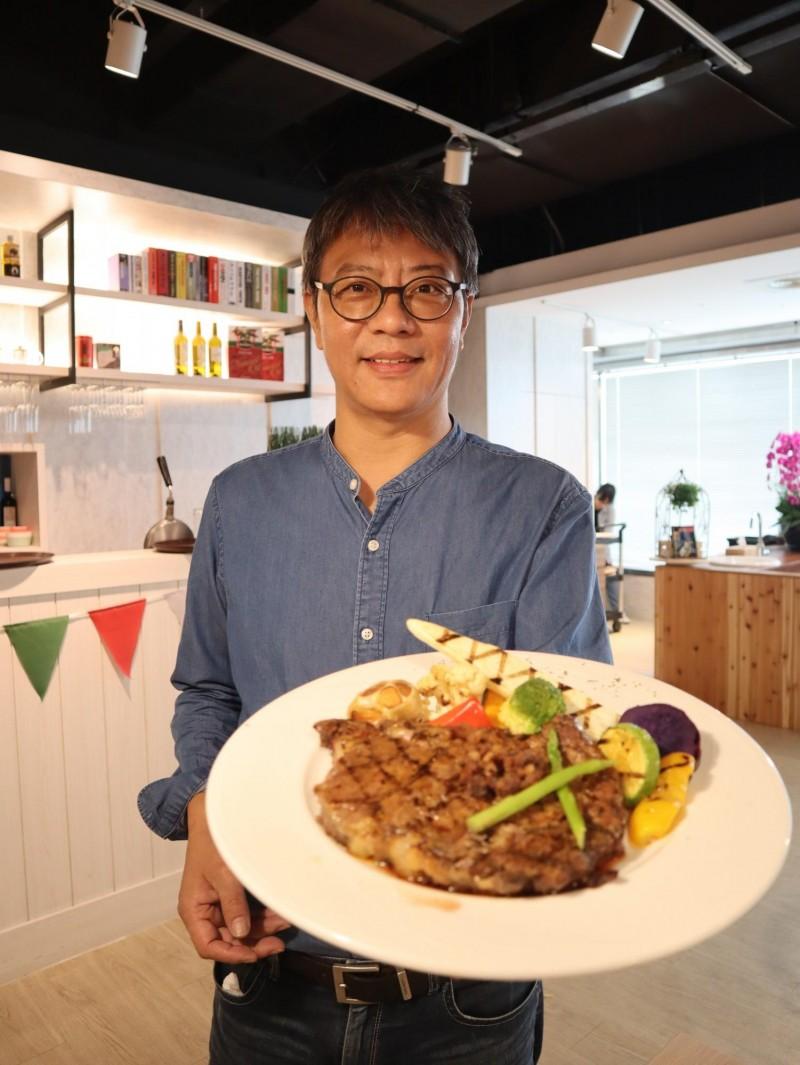 5年級的洪啟生打造樂樂義式廚房,希望帶給民眾「加倍的歡樂」。(記者歐素美攝)