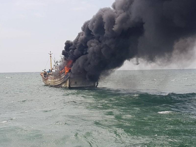 新竹漁船海上失火 海巡成功救援4人