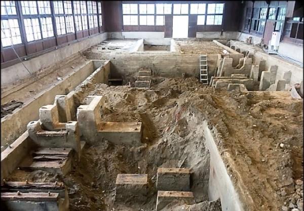 出土的嘉義製材工場地下動力遺構,包含運送、製材、磨具等。(資料照)