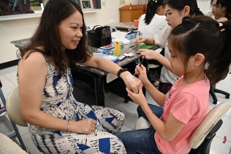 新住民與子女一起體驗彩繪課程。(新北市教育局提供)