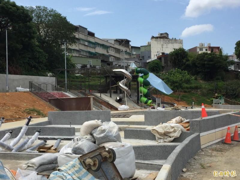 永吉公園內已經可以看到大型溜滑梯正在施作。(記者邱書昱攝)