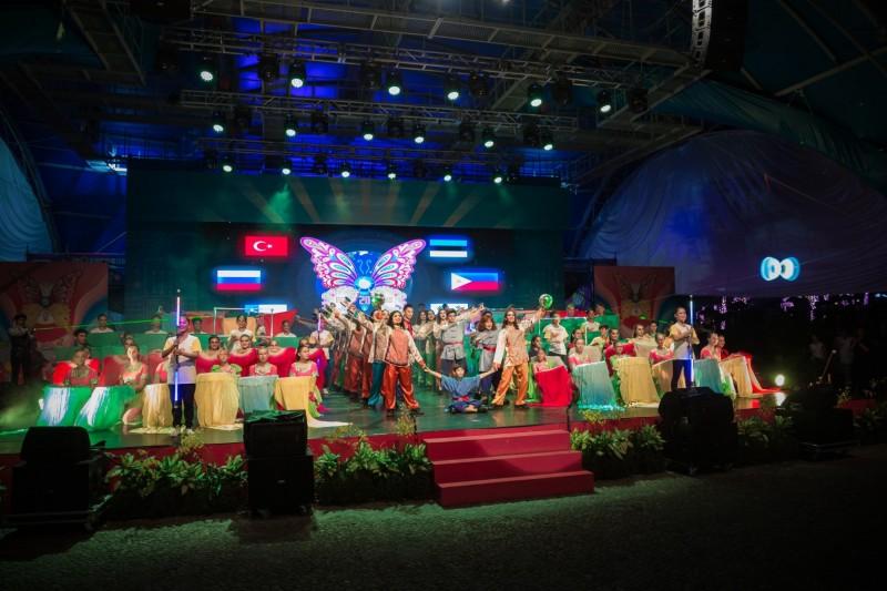 童玩節各國團隊參加閉幕聯演。(記者江志雄翻攝)