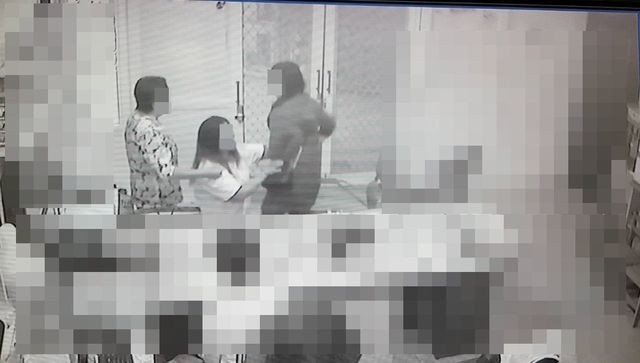 案發後魏女(中)一度向男童母親下跪。(記者蔡彰盛翻攝)