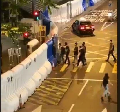 有網友拍下一批身著黑衣的男子走入警總。(圖擷取自臉書_香港突發事故報料區)