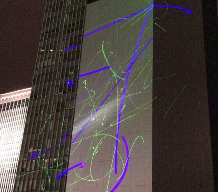 有市民朝政府總部打雷射光。(圖擷取自TG_抗爭前線頻道)