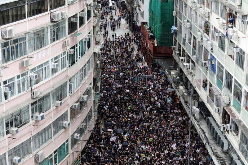 下午2時許,活動才剛開始,維園已被塞爆,周邊街道也擠滿前往集會的群眾。(彭博)