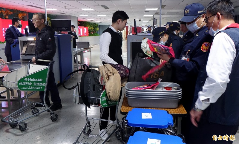 我國決定自明日零時起,增加對菲律賓入境桃園機場旅客手提行李進行全面X光機查驗。(資料照)