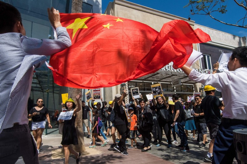 全球各大城市本週末均發起反送中活動,但各地遊行卻屢遭海外「愛國人士」抗議,甚至爆發口角、肢體衝突。圖為美國洛杉磯聖塔莫尼卡區反送中與親中人士對峙。(法新社)