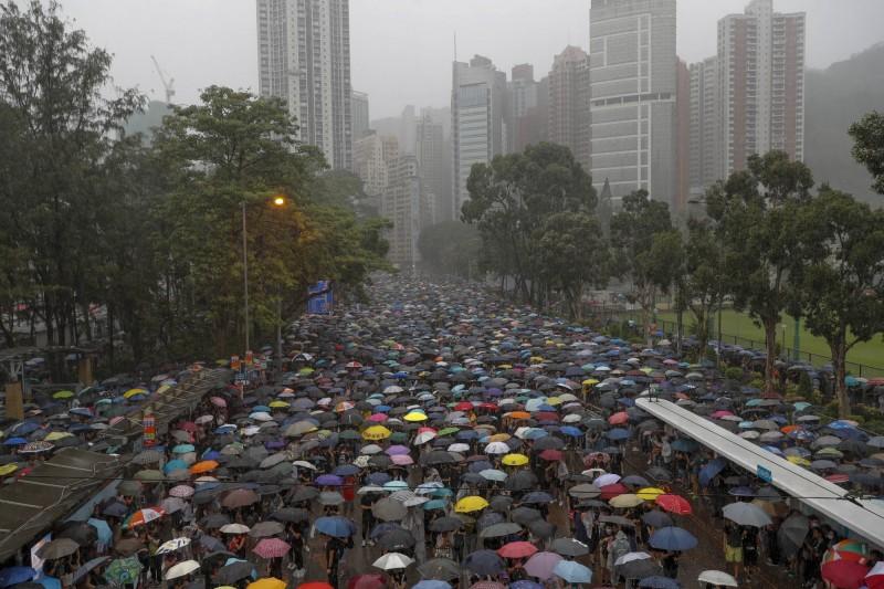大雨無法澆熄群眾的熱情,有港媒用大數據推估,818流水式集會的人數,有機會成為香港史上最大集會。(美聯社)