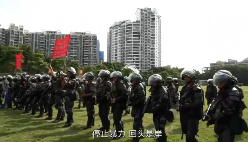 武警部隊用粵語警告「停止暴力,回頭是岸」。(圖擷取自微博影片)