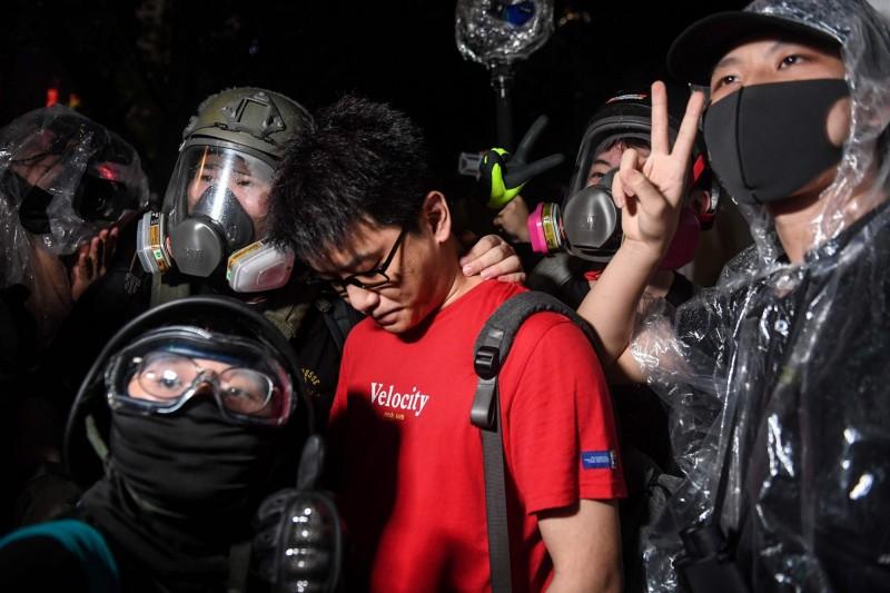 金鐘靠近政府總部附近傳出疑為來自中國的紅衣男子被群眾包圍。(法新社)
