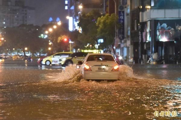 受西南風影響,近日中南部持續降下大雨,氣象局今上午9點也持續對中南部9縣市發布豪、大雨特報。(資料照)
