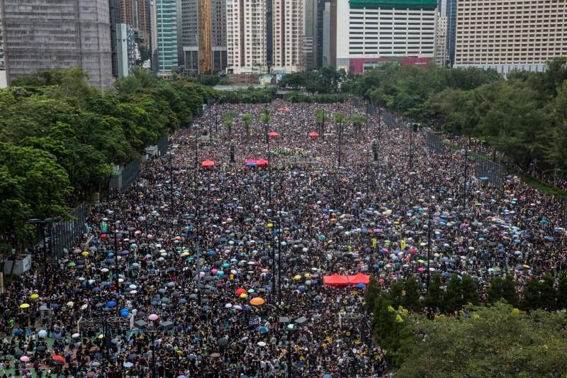 下午2時許,群眾已經擠滿維園內6個足球場,人潮非常壯觀。(法新社)