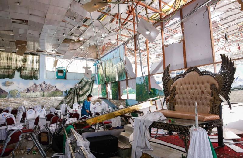 阿富汗首都喀布爾今日遭自殺式炸彈攻擊,釀63死182傷,隨後伊斯蘭國宣稱犯案。圖為遭炸彈攻擊的婚禮會場。(歐新社)