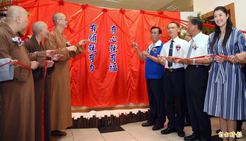 南投縣長林明溱(右4),參加慈濟南投願力館啟用儀式,會後砲火全開,嗆「不合作的人」乾脆退黨。(記者謝介裕攝)